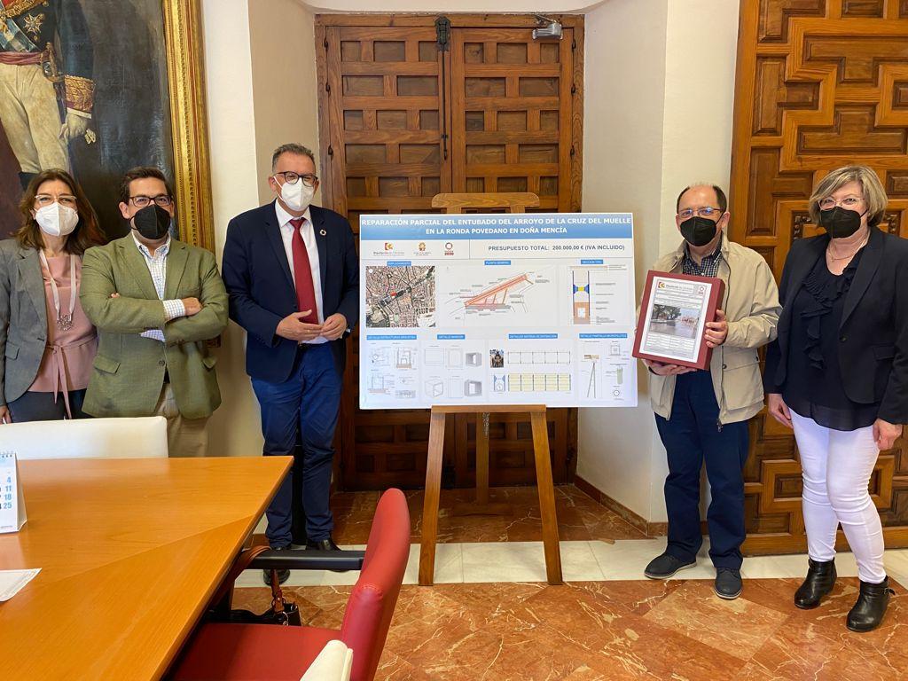 La Diputación entrega el proyecto de la intervención en el arroyo de la Cruz del Muelle en el municipio de Doña Mencía