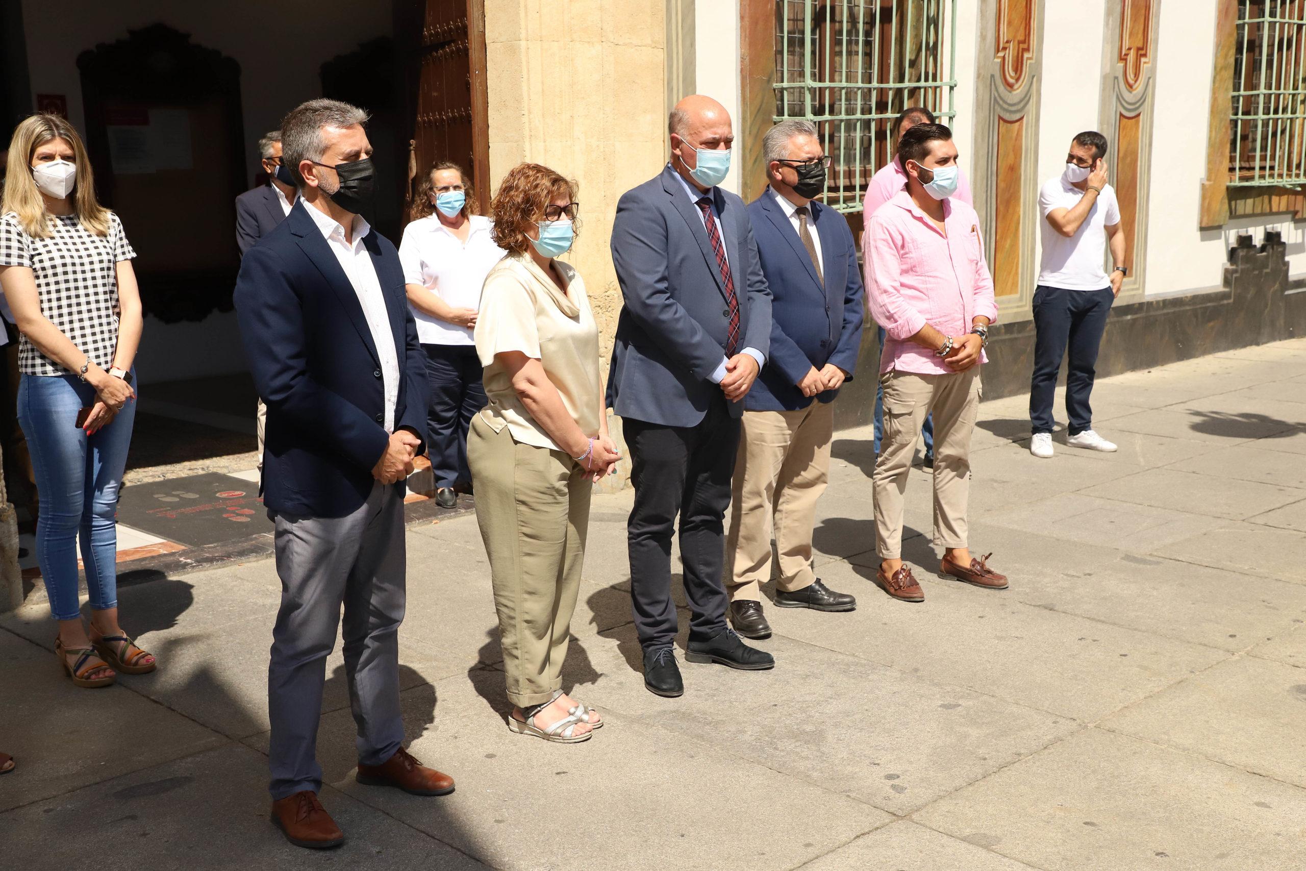 Concentración silenciosa a las puertas de la Diputación en repulsa por los últimos asesinatos de violencia machista